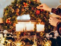 Festlig garnering som förbereder hem- hemtrevlighet royaltyfria bilder