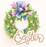 Festlig gräskrans för påsk med pilbågen på beiga Fotografering för Bildbyråer