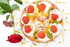 festlig jordgubbe för födelsedagcake Arkivbilder