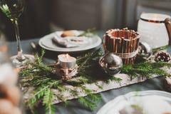 Festlig jul och det nya året bordlägger scandinavian stil för inbrott med lantliga handgjorda detaljer i naturliga och vitsignale Arkivfoton