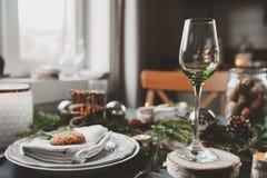 Festlig jul och det nya året bordlägger scandinavian stil för inbrott med lantliga handgjorda detaljer i naturliga och vitsignale Royaltyfri Fotografi