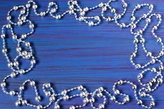 Festlig julbakgrund med ramen av skinande pärlor Arkivbilder