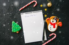 Festlig julbakgrund, vit sida av notepaden med inscrip royaltyfri bild