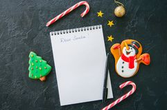 Festlig julbakgrund, vit sida av notepaden med inscrip royaltyfria foton