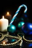 Festlig julgarnering i blått och vit Fotografering för Bildbyråer