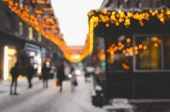 Festlig julgata som dekoreras med ljusa ljus arkivbilder