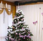 Festlig julgran med gåvor och garneringar julen dekorerade treen Arkivfoton