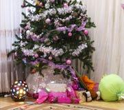 Festlig julgran med gåvor och garneringar julen dekorerade treen Arkivfoto