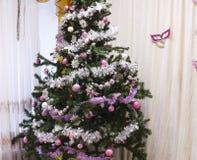 Festlig julgran med gåvor och garneringar julen dekorerade treen Royaltyfri Foto