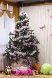 Festlig julgran med gåvor och garneringar julen dekorerade treen Royaltyfri Bild
