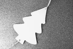 Festlig juljul övervintrar lycklig härlig svartvit bakgrund med en trähemlagad gullig julgran för liten leksak arkivfoton