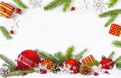 Festlig julsammansättning på vit träbakgrund royaltyfria bilder