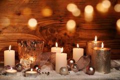 Festlig julstilleben med stearinljus royaltyfria bilder