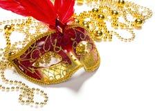 Festlig karnevalbakgrund med den röda maskeringen, pärlor och kopieringsutrymme royaltyfri foto