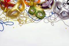 Festlig karnevalbakgrund med maskeringar, pärlor och kopieringsutrymme arkivbilder
