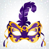 Festlig karnevalmaskering på bakgrund av konfettier Arkivfoton