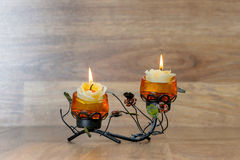 Festlig ljusstake med två stearinljus Arkivbilder