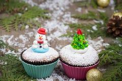 Festlig muffin med julgranen och snögubben Arkivbild