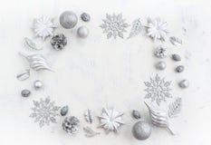 Festlig ordning för jul av dekorativa beståndsdelar Royaltyfri Foto