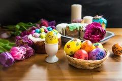 Festlig påsktabell med påskkakor och ägg Royaltyfria Bilder
