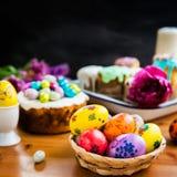 Festlig påsktabell med påskkakor och ägg Arkivfoto