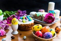 Festlig påsktabell med påskkakor och ägg Fotografering för Bildbyråer