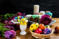 Festlig påsktabell med påskkakor och ägg Royaltyfri Foto