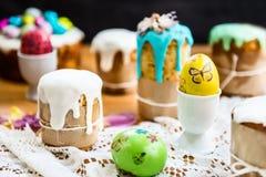 Festlig påsktabell med påskkakor och ägg Arkivbilder