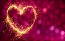 Festlig röd bakgrund med glödande guld- hjärta Fotografering för Bildbyråer