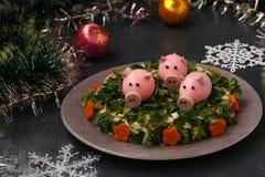 Festlig sallad dekorerade svin för kokt ägg royaltyfri bild
