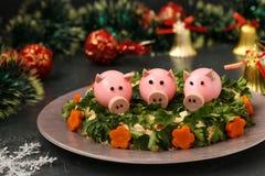 Festlig sallad dekorerade svin för kokt ägg arkivfoto