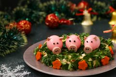 Festlig sallad dekorerade svin för kokt ägg royaltyfri fotografi