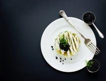 Festlig sallad med den svarta kaviaren, gourmet- restaurangmat royaltyfria foton
