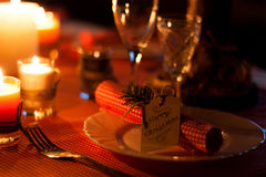 Festlig sammansättning med stearinljus och plattor tabell för garneringservettplatta En härlig tabellinställning, röd tabelltorkd Royaltyfria Foton