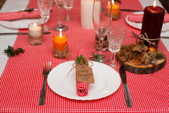 Festlig sammansättning med stearinljus och plattor tabell för garneringservettplatta En härlig tabellinställning, röd tabelltorkd Royaltyfria Bilder