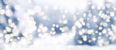 Festlig snöig vinterjulbakgrund med runda bokehljus royaltyfri foto