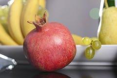 Festlig stilleben från nya mångfärgade frukter på en härlig bakgrund Arkivfoton