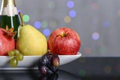 Festlig stilleben från nya mångfärgade frukter på en härlig bakgrund Royaltyfri Bild