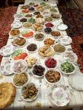 festlig tabell En tabell med uppfriskningar Portion av den festliga tabellen Full tabell av fester Tabellen täckas med olikt Arkivbilder