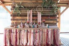 Festlig tabell för den dekorerade bruden och brudgummen arkivfoton