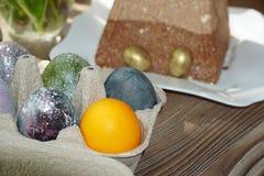 Festlig tabell f?r p?sk Mycket p?skkakor fr?n ostmassadeg som dekoreras med choklad- och chokladvaktel?gg, royaltyfri bild