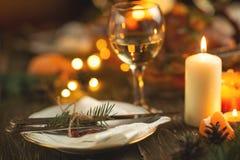 Festlig tabell som ställer in bunkar och bestick, exponeringsglas av vin mot en bakgrund av den bakade anden royaltyfria bilder