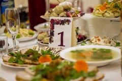 Festlig tabell som täckas med torkduken och mat Royaltyfri Foto