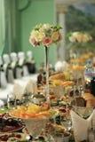 Festlig tabell som täckas med torkduken och mat i restaurangen Royaltyfria Foton