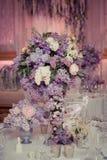 Festlig tabellgarnering i lila färger Royaltyfria Foton