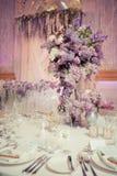 Festlig tabellgarnering i lila färger Royaltyfri Foto