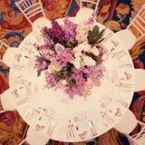 Festlig tabellgarnering i lila färger Royaltyfria Bilder