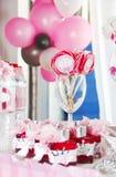 festlig tabellgarnering med söta godisar på en pinne i en glass bägare arkivfoto