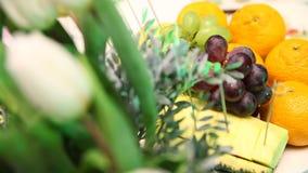 Festlig tabellgarneringfrukt stock video