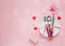 Festlig tabellinställning för dag för valentin` s med bestick, orkidé, Royaltyfri Foto